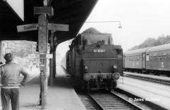"""<p style=""""text-align:center"""">01 1512 in Lutherstadt-Wittenberg vor P 3498 nach Dessau, August 1982 <br><br>Foto: Jens Ruttke</p>"""