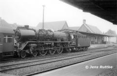 "<p style=""text-align:center""> 03 2117 vor Personenzug nach Aken in Köthen am 01.06.1980 <br><br>Foto: Jens Ruttke</p>"