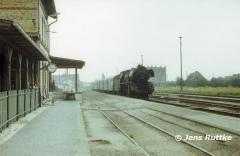 "<p style=""text-align:center""> Ankunft 03 002 in Aken mit Personenzug aus Köthen im Sept. 1980 <br><br>Foto: Jens Ruttke</p>"