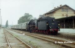 "<p style=""text-align:center""> 03 002 in Aken vor Personenzug nach Köthen im Sept. 1980 <br><br>Foto: Jens Ruttke</p>"