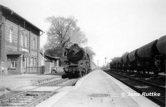 """<p style=""""text-align:center""""> 41 1025 in Meitzendorf mit P 6454 nach Oebisfelde im Mai 1981  <br><br>Foto: Jens Ruttke</p>"""