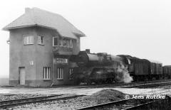"<p style=""text-align:center""> 41 1033 mit Güterzug nach Stendal in Möhringen am 19.03.1983   <br><br>Foto: Jens Ruttke</p>"