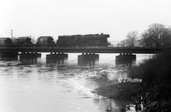 """<p style=""""text-align:center"""">44 0090 zwischen Dessau und Roßlau vor 56405 nach Coswig im Februar 1981    <br><br>Foto: Jens Ruttke</p>"""