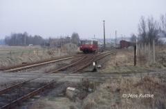 """<p style=""""text-align:center""""> 171 028 bei der Einfahrt in Kalbe aus Richtung Beetzendorf als T 15405 am 07.03.1991  <br><br>Foto: Jens Ruttke</p>"""