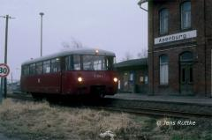 "<p style=""text-align:center""> 171 028 in Apenburg als T 15406 Kalbe-Beetzendorf am 07.03.1991 <br><br>Foto: Jens Ruttke</p>"