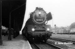 "<p style=""text-align:center"">50 3520 in Stendal vor Personenzug nach Salzwedel am 09.05.1981<br><br>Foto: Jens Ruttke</p>"