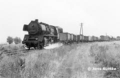"<p style=""text-align:center"">50 3520 vor Güterzug nach Oebisfelde in Kunrau am 30.08.1981<br><br>Foto: Jens Ruttke</p>"