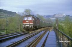 """<p style=""""text-align:center"""">232 437 mit RB nach Erfurt auf dem Kreuzungsbauwerk zur Saalebahn in Jena-Burgau am 08.05.1992 <br><br>Foto: Jens Ruttke</p>"""