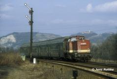"""<p style=""""text-align:center"""">204 680 mit Wendezug nach Naumburg bei Orlamünde im Februar 1994 <br><br>Foto: Jens Ruttke</p>"""