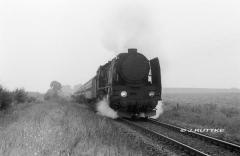 "<p style=""text-align:center"">Pt 47 44 bei Münsterberg (Ziebice) vor D 33201 Karkonosze Breslau-Glatz am 19.08.1985   <br><br>Foto: Jens Ruttke</p>"